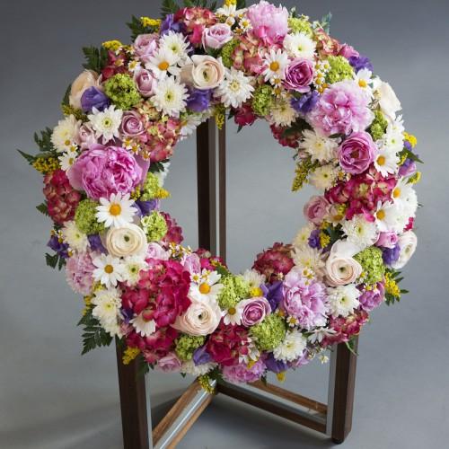 Blomsterkrans fra Jølstad i forskjellige fargekombinasjoner