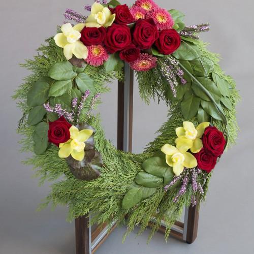 Krans fra Jølstad, med naturinspirerte blomster og farger
