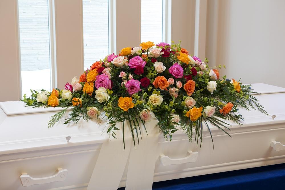 Roser fra Jølstad i sterke farger til kistedekorasjon